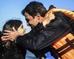 2015年11月12日,一对难民父女从土耳其出发经过爱琴海到达希腊莱斯沃斯岛上岸后彼此拥抱。来自欧洲和非洲国家逾60领袖11日在马耳他举行峰会,就如何纾缓欧洲难民危机问题进行研商。欧盟执委会表示,欧盟同意提供18亿欧元给非洲各国做为因应欧洲难民危机的基金。(BULENT KILIC/AFP)