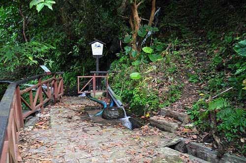 步道终点的管制门。旁有溪涧小瀑布,右侧有一条小径,原以为只是 通往瀑布的水管路而已。其实是一条农路,可通往更上方的平菁街。(图片提供:tony)