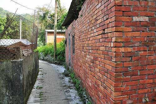 聚落内的红砖古厝。 (图片提供:tony)