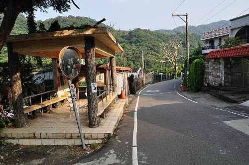 至善路三段71巷小19公车半岭站。站牌旁有一座望溪亭。 (图片提供:tony)
