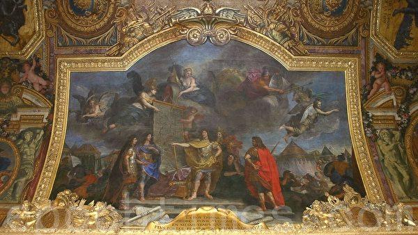 凡爾賽宮最大、最富麗堂皇的大廳鏡廊。許多壁畫講述太陽王的重要事件。這一幅是「國王下令同時進攻荷蘭最強的地方中的四個」。(章樂/大紀元)