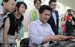 台中市長林佳龍趕在最後一刻上網投票。(謝平平/大紀元)
