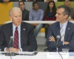 美国副总统拜登周一再度访问洛杉矶,与市长加西堤(Eric Garcetti)及商业界代表等人一同开会讨论绿能科技与创造就业等关乎六千万美元投资金额的议题。(郑浩/大纪元)