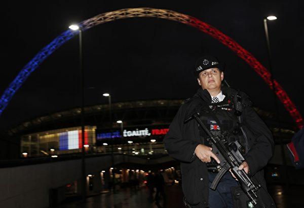 英國反恐特戰隊(SAS)和全副武裝的英國警察對可容納9萬人的體育場進行嚴密保安,也是英國有史以來最嚴密的一次體育賽事保安行動。(ADRIAN DENNIS/AFP/Getty Images)