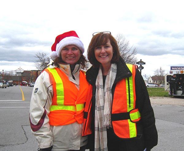 尼亞加拉市社區發展協調人Lori Albanese女士(右)和尼亞加拉市文化部長Kathy Moldenhauer女士(明慧網)