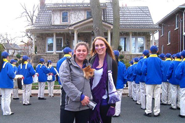 尼亞加拉市民Christie Sexton女士(右)和Amanda Egger女士(左)(明慧網)