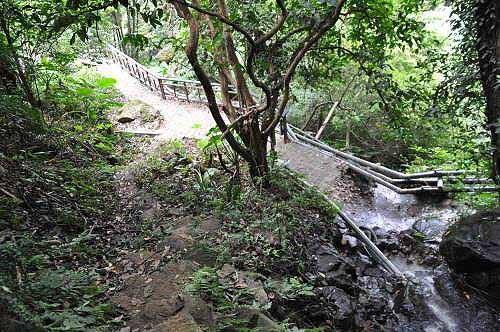 抵达溪山百年古圳步道终点处的溪涧小瀑布处。 (图片提供:tony)