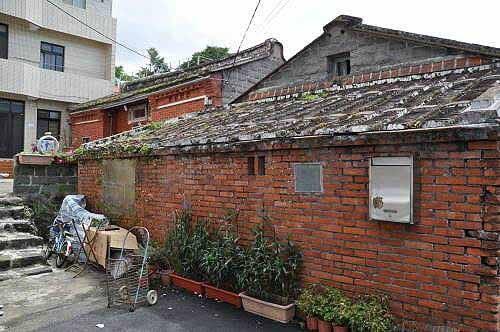 """105巷内也有一栋庐江古厝。""""庐江""""是何氏堂号。   (图片提供:tony)"""