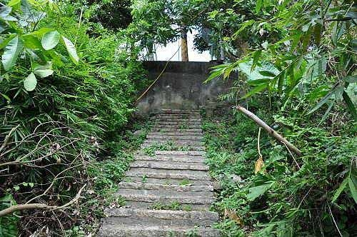 上爬约550阶,抵达平菁街105巷。步道出口约位于28号民宅前。 (图片提供:tony)