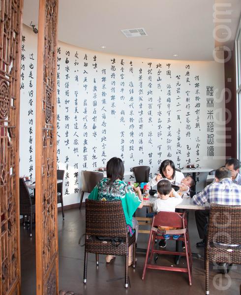 牆上大幅字畫描述桂林米粉的故事,好吃之外更有一番傳統味道。(許心如/大紀元)