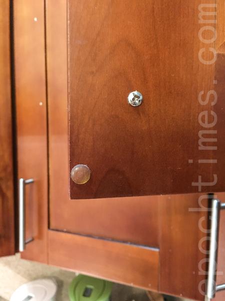 添加缓冲垫,防止关门时发出的噪音。(李欧/大纪元)