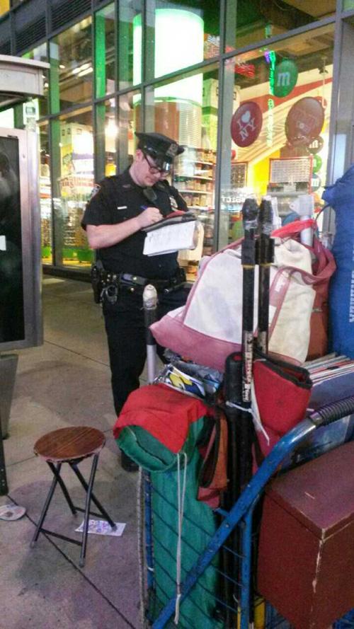 警察正在給街頭畫家開罰單。(畫家李玉華提供)