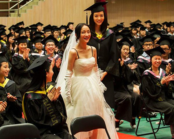 圖為劇照,周迅(中)與閨蜜張梓琳(中間偏右)步入畢業典禮現場。(好孩子國際提供)