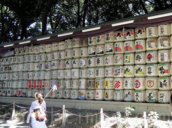 明治神宫入口处-据说都是献给天皇的好酒-可以依此牌去选购。(蓝海/大纪元)