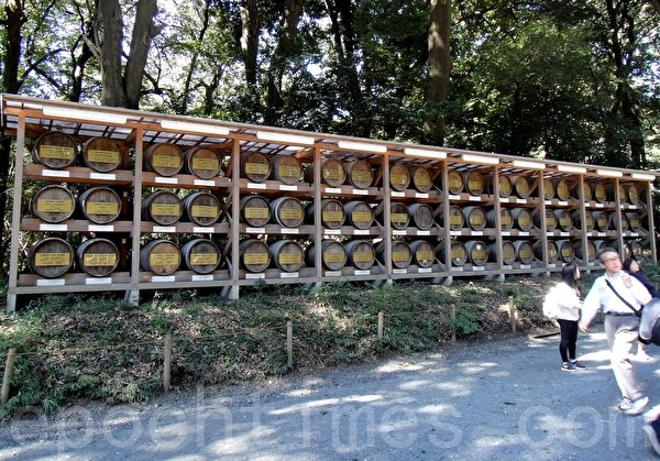 明治神宫入口处一侧酒牌(蓝海/大纪元)