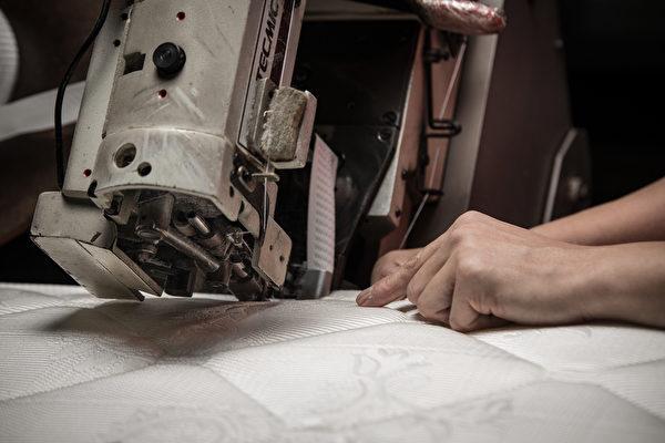 縫合彈簧床的圍編機。(圖:李佳竛SamLee提供)