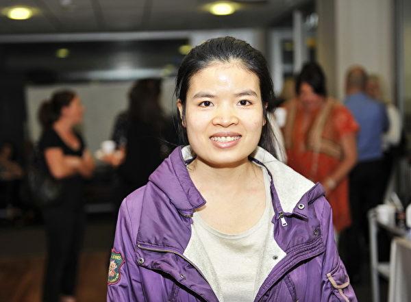 11月18日,澳洲墨尔本维多利亚大学播放获奖影片《难以置信》。在墨尔本攻读工商管理硕士的越南留学生法姆(Quyen Pham)含泪谴责中共活摘暴行。(胡宥华/大纪元)