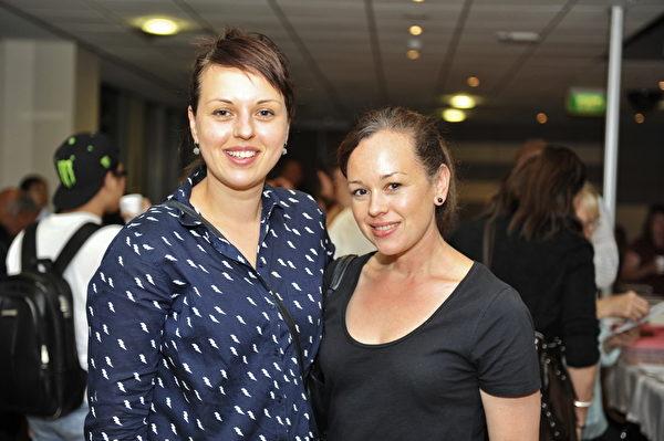 11月18日,澳洲墨尔本维多利亚大学播放获奖影片《难以置信》。墨尔本中学教师萨里奇(Mariya Saric,左)女士和姐姐乌卡索维克(Tanja Vukasovic)女士认为中共活摘罪行必须马上停止。(胡宥华/大纪元)