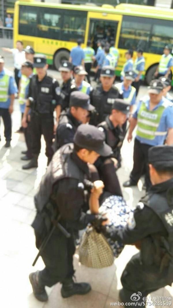 11月18日,特亮時裝有限公司百餘名工人到市政府討薪遭特警鎮壓,多人被打傷,4人被抓走。(网络图片)