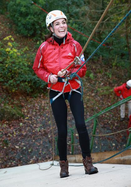 凱特沿40英尺高的牆,繞繩下降時,還咯咯的笑起來。 (Chris Jackson/Getty Images)