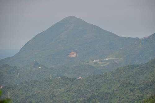 基隆山(镜头拉近)。 (图片提供:tony)