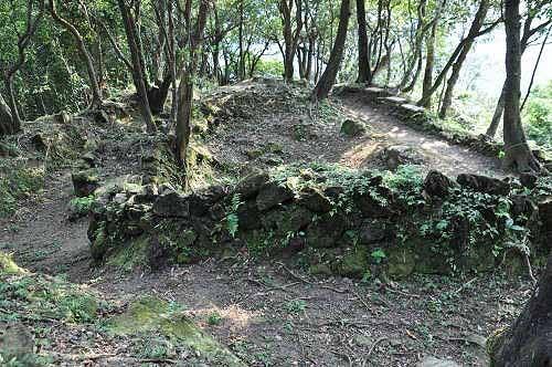 碇内尖炮台遗迹,残垣轮廓完整。(图片提供:tony)