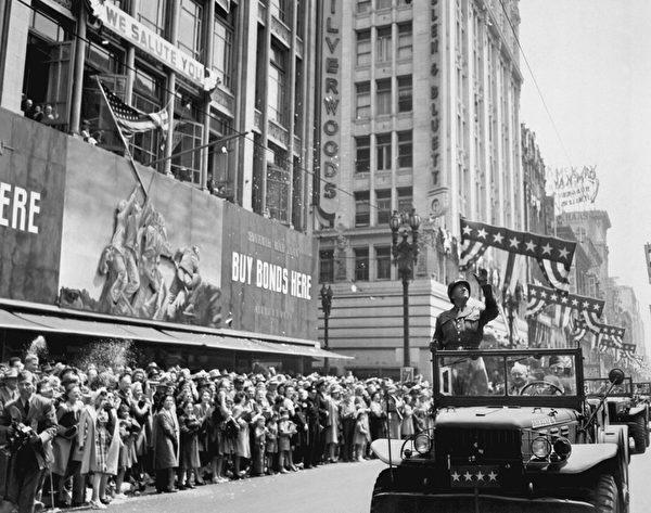 当二战结束后,功勋卓著的巴顿将军曾于1945年6月9日回到过故乡,洛杉矶居民万人空巷,欢迎这位凯旋的英雄。(维基公共领域)