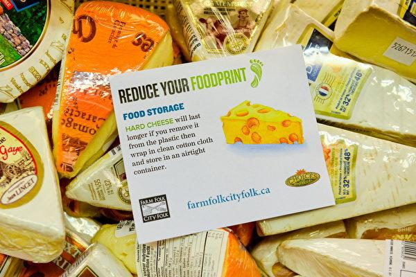 Choices Markets店内提醒顾客勿浪费食物的标签。(景浩/大纪元)