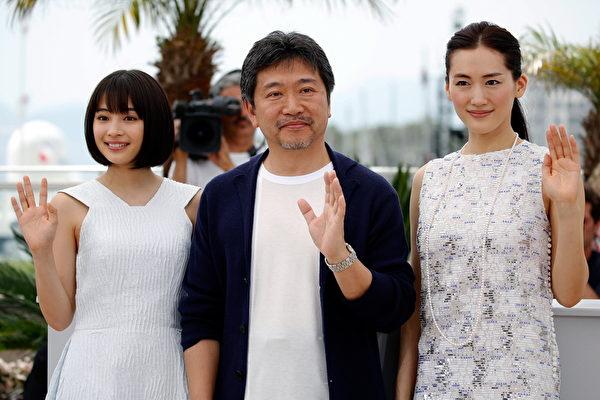 左起依序为广濑铃、《海街日记》导演是枝裕和、绫濑遥。(Tristan Fewings/Getty Images)