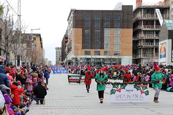 聖誕精靈走過,隨後是排在遊行隊伍第一位的法輪大法天國樂團,160人的壯觀陣容,雄壯的樂曲,令觀眾極為震撼。(易明/大紀元)