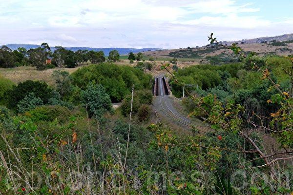 在阿沃卡村�有一�l�F路,我���到�F路但未�一�v火�行�。美如��的原野使人留念。(�A苜/大�o元)
