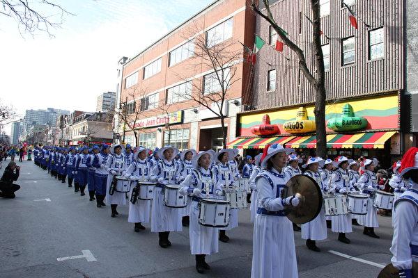 法輪大法天國樂團受邀參加了本屆聖誕大遊行,並被主辦方安排在遊行方陣第一位。天國樂團160人的壯觀陣容,雄壯的樂曲,令觀眾極為震撼。(鍾原/大紀元)