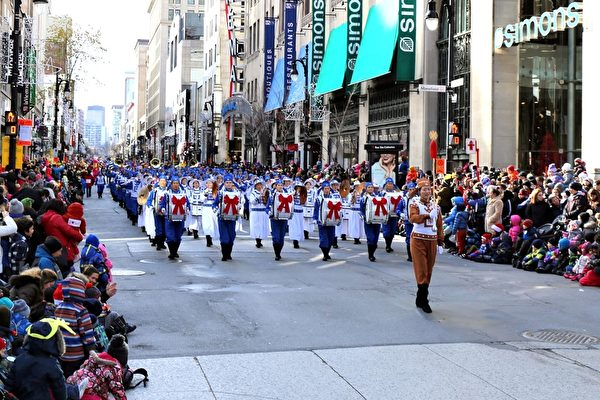法輪大法天國樂團受邀參加了本屆聖誕大遊行,並被主辦方安排在遊行方陣第一位。天國樂團在遊行中演奏了《法輪大法好》、《神聖的歌》、《Jingle Bells》、《法鼓法號震十方》、《法正乾坤》和《送寶》六首樂曲,受到觀眾盛讚。(易明/大紀元)