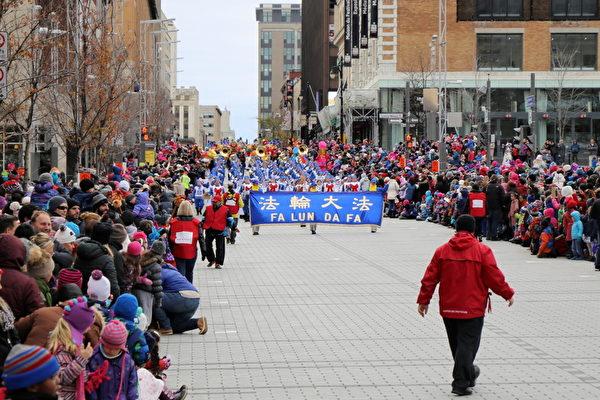 聖誕遊行是蒙特利爾人最為期待的聖誕慶祝活動,主辦方稱今年有逾30萬人現場觀看了遊行。(易明/大紀元)
