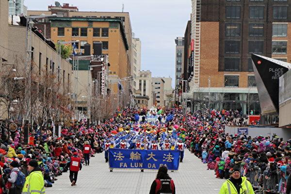 法輪大法天國樂團受邀參加了本屆聖誕大遊行,並被主辦方安排在遊行方陣第一位。天國樂團160人的壯觀陣容,雄壯的樂曲,令觀眾極為震撼。(易明/大紀元)