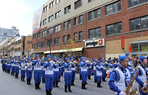 法輪大法天國樂團在遊行中演奏了《法輪大法好》、《神聖的歌》、《Jingle Bells》、《法鼓法號震十方》、《法正乾坤》和《送寶》六首樂曲。壯觀的陣容,雄壯的樂曲受到觀眾盛讚。(鍾原/大紀元)