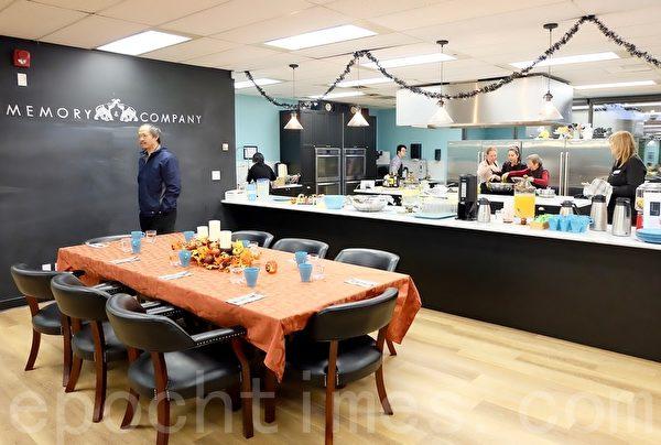 图:万锦市俱乐部Memory & Company鼓励痴呆者在厨房里做饭,因为这有助于他们恢复记忆。(周月谛/大纪元)