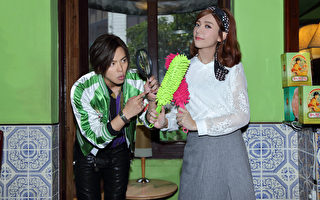 黃鴻升(左)與郭雪芙拍攝新歌MV畫面。(滾石提供)