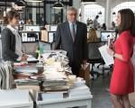 劳勃‧狄尼洛(中)与安‧海瑟威(右)合作新片《高年级实习生》。
