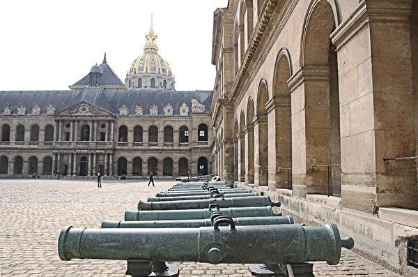 路易十四設立的巴黎榮軍院。拿破侖一世皇帝的骨灰也安放于此。(章樂/大紀元)