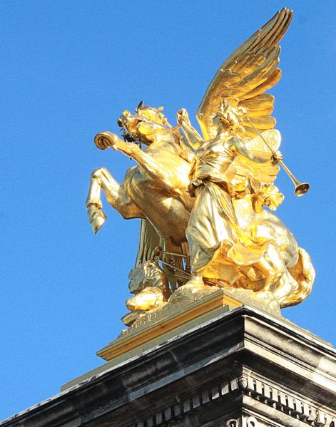 巴黎亞歷山大三世橋華麗的四立柱之一頂端的藝術女神與天馬雕像。(章樂/大紀元)