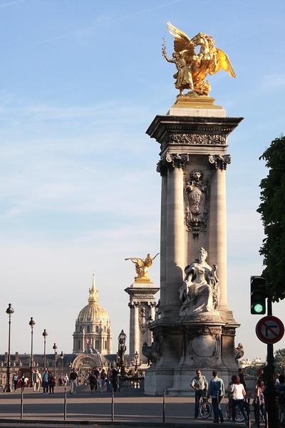 巴黎亞歷山大三世橋華麗的立柱。該橋被普遍認爲是塞納河最漂亮的橋。是為1900年巴黎世界博覽會而建造。遠處是路易十四設立的巴黎榮軍院。(章樂/大紀元)