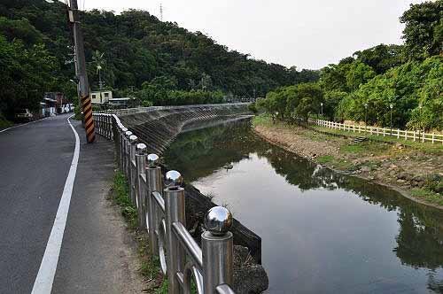 续沿着水源路前行,前面即接河滨步道。 (图片提供:tony)