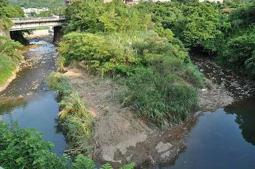 东势溪(左)、西势溪(右)在土地公庙前会合,成为暖暖溪。 (图片提供:tony)