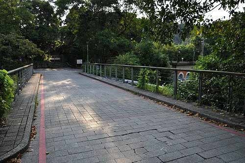 双龙桥。过桥后左往双生福德宫,右侧为暖暖百年帮浦间。 (图片提供:tony)