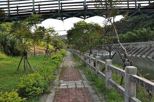 暖暖溪河滨步道通过亲水吊桥下方,走往上游方向。(图片提供:tony)
