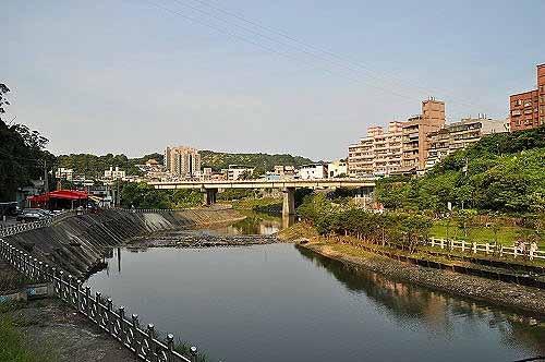 从吊桥眺览暖暖溪下游风光。前方为水源桥。右岸为亲水公园。 (图片提供:tony)