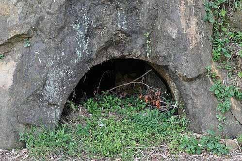 亲水吊桥旁的水源路,沿途有防空洞遗迹。 (图片提供:tony)