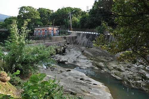暖暖溪壶穴地形,对岸建筑为暖暖百年帮浦间。(图片提供:tony)