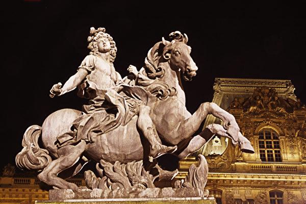 盧浮宮拿破侖庭院内雕像:騎馬的路易十四。(章樂/大紀元)